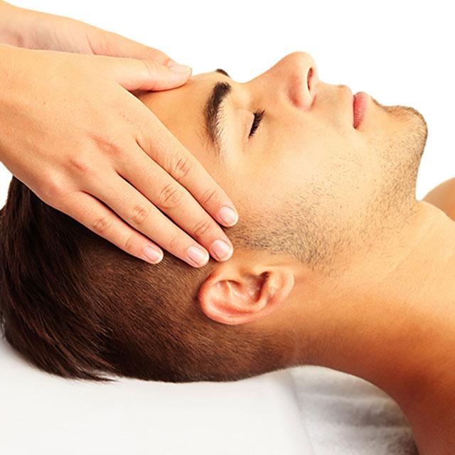 Mann erhält eine Akupressur-Kopfmassage