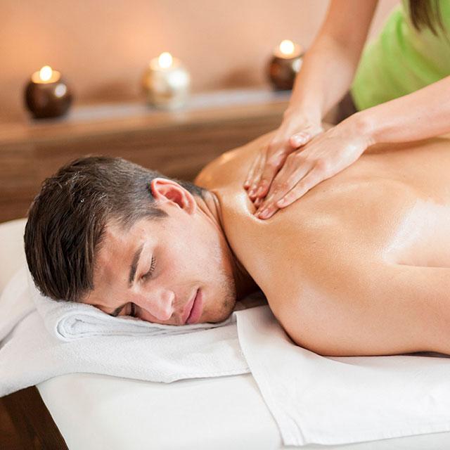 Ein junger Mann bei einer entspannenden Rückemassage