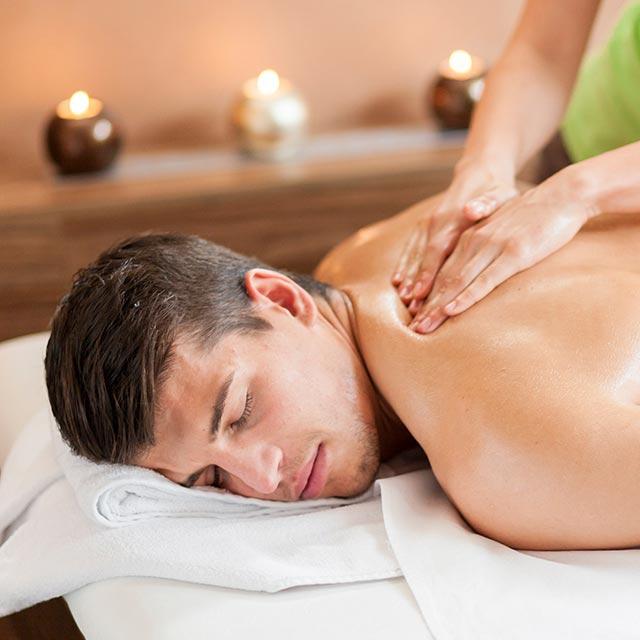 Ein junger Mann bei einer entspannenden Massage bei der Großen Auszeit