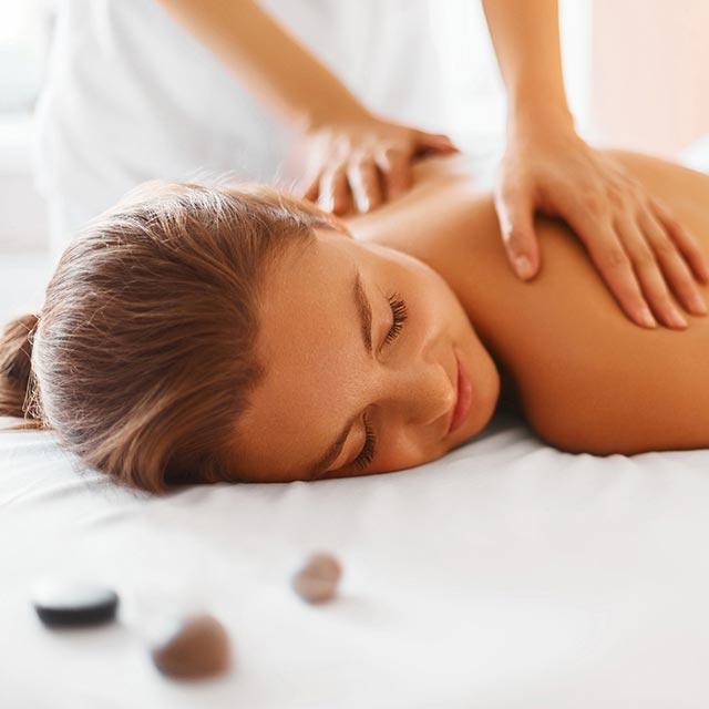 Junge Dame genießt eine Massage bei der kleinen Auszeot